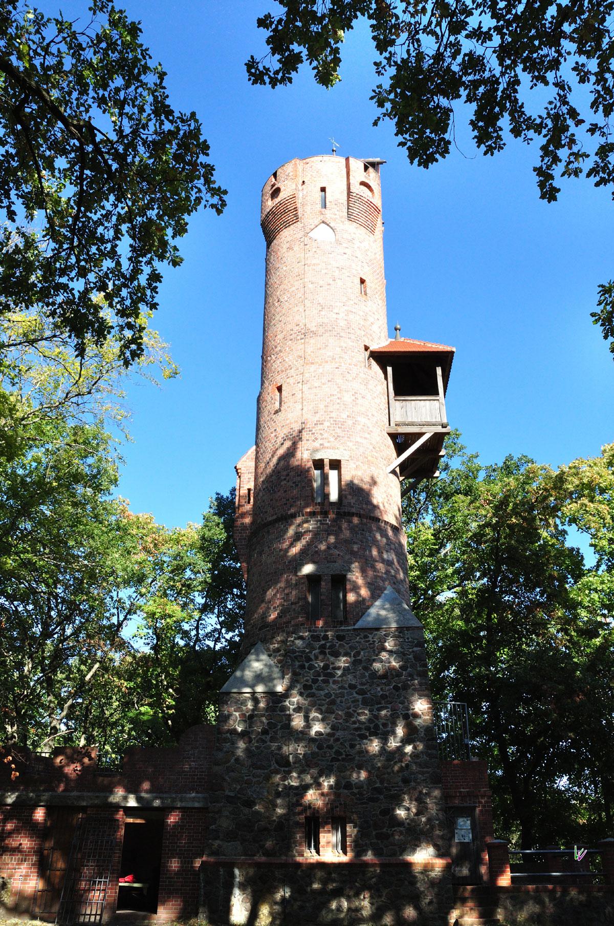 Turmwanderweg mit restauriertem Bismarckturm in Falkenberg
